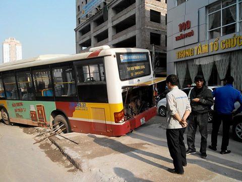 Hành khách khiếp vía vì xe bus tụt bánh xuống hố