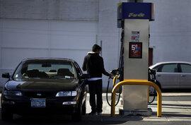 Giá xăng ở Mỹ chỉ hơn 18.300 đồng/lít