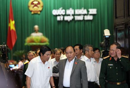 Đại biểu Quốc hội trong giờ giải lao (ảnh: Việt Hưng).