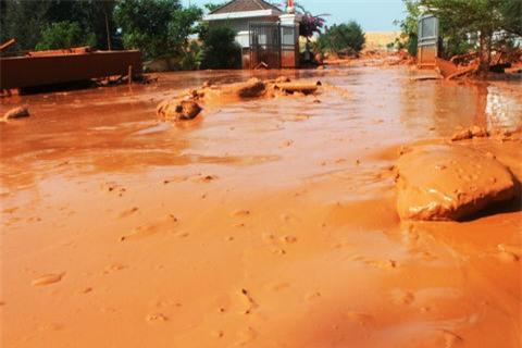 Vỡ hồ chứa bùn đỏ titan 1.000m2 ở Bình Thuận