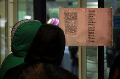 Danh sách các hành khách thiệt mạng trong vụ tai nạn được dán tại tòa nhà chính của sân bay Kazan.