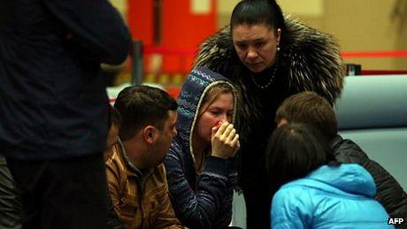 Người thân các hành khách xấu số an ủi nhau tại sân bay Kazan.