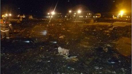 Các mảnh vỡ vương vãi trên một khu vực rộng của sân bay Kazan.