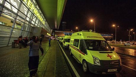 Các xe cứu thương đậu bên ngoài sân bay Kazan.