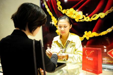 Giá vàng tiếp tục giảm, chênh lệch lên 4 triệu đồng/lượng