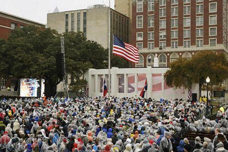 Đây là lần đầu tiên Dallas tổ chức một lễ tưởng niệm lớn tưởng nhớ Kennedy.
