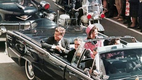 Ông Kennedy bị ám sát khi đi chiếc xe mui trần trong chuyến thăm Dallas ngày 22/11/1963.