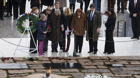 Các thành viên gia đình Kennedy tới đặt vòng hoa tại mộ ông ở nghĩa trang Arlington.