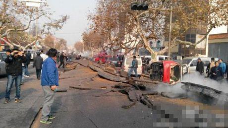 Đường bị cày lên sau vụ nổ.