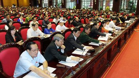 Đại biểu Quốc hội nhấn nút biểu quyết thông qua bản Hiến pháp mới (Ảnh: VPQH)