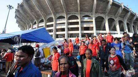 Những người áo đỏ rời sân vận động sau khi được đề nghị giải tán hôm 1/12