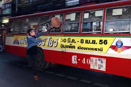 Một chiếc xe buýt bị tấn công