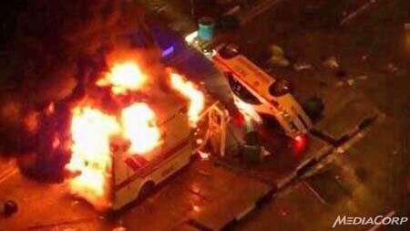 Xe cứu thương và xe cảnh sát bị đốt