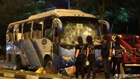 Chiếc xe buýt bị đập phá tan tành