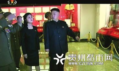 Bà Ri Sol-ju xuất hiện bên chồng.