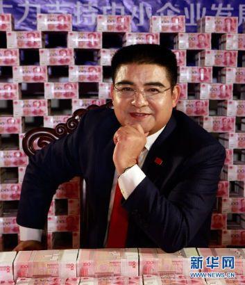 Ông Chen ngồi giữa căn phòng ngập tiền.