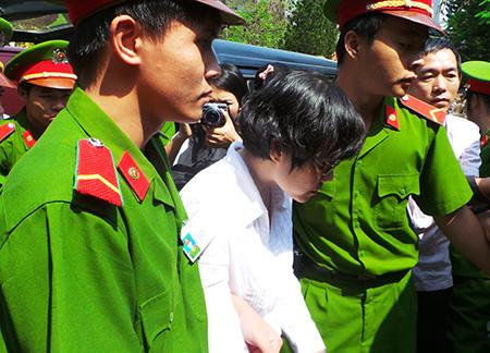 Huyền Như được áp giải khỏi TAND TPHCM vào lúc 11h trưa 13/1