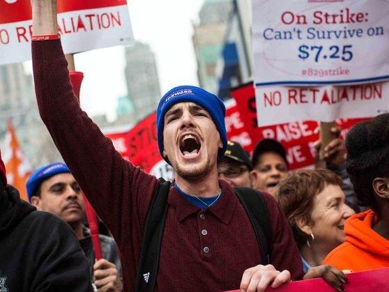 7 nhà kinh tế đoạt giải Nobel: Tăng lương không làm giảm...việc làm