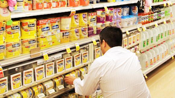 Giá sữa liên tục tăng và nghi vấn chuyển giá