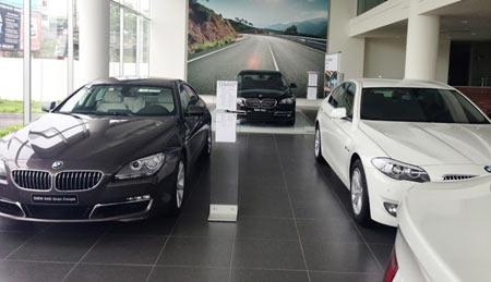 Showroom hết hàng, dân giàu sốt ôtô sang chơi Tết