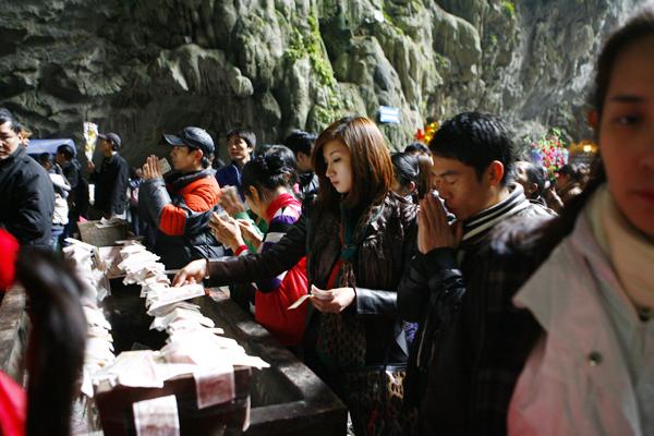 Vung vãi tiền lẻ lễ chùa: Lãng phí và phản cảm