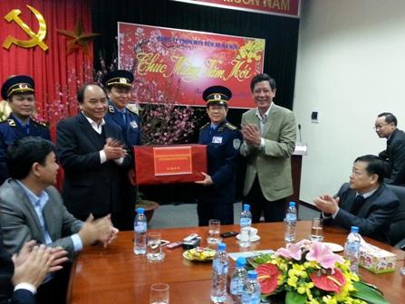 Phó Thủ tướng tặng quà chúc Tết Thanh tra giao thông Hà Nội