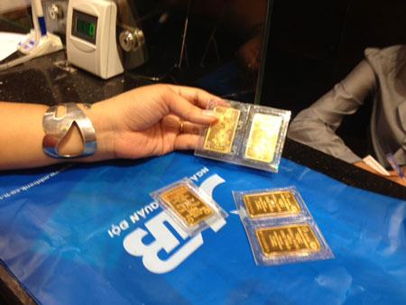 Năm 2013, giá vàng giảm 12 triệu đồng/lượng.