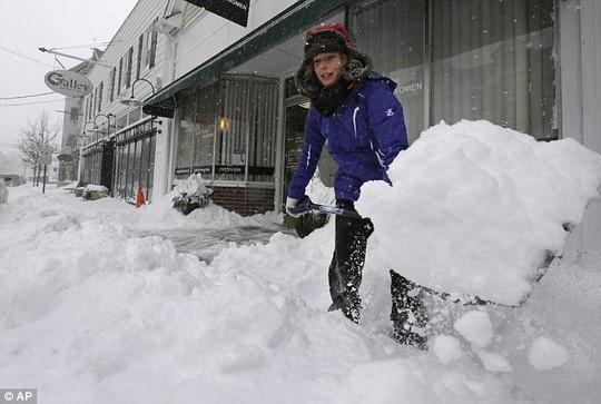 Người dân Mỹ dọn tuyết xung quanh nhà.