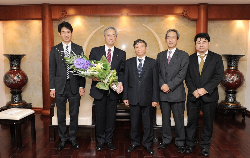 Chủ tịch HĐQT Vietcombank Nguyễn Hòa Bình (ở giữa) cùng các