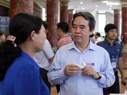 Thống đốc Nguyễn Văn Bình bên hành lang Quốc hội.