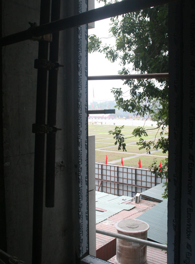 Hướng nhìn ra quảng trường Ba Đình của tòa nhà được lắp đặt khung kính đầu tiên