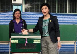 Thủ tướng Thái Lan bỏ nhầm hòm phiếu trong ngày bầu cử