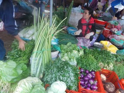 Hà Nội: Tết tan, giá rau xanh đua nhau