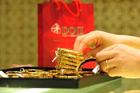 Giá vàng giảm nhẹ ngược chiều giá thế giới