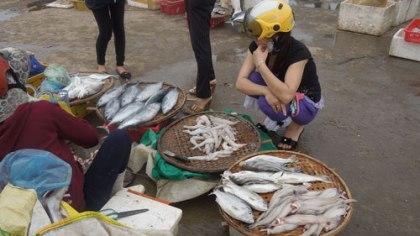 Thủy hải sản cũng tăng giá so với thường ngày.
