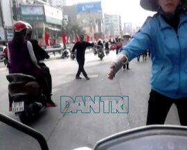 Hà Nội: Lao ra đường chặn xe, kiếm tiền triệu mỗi ngày