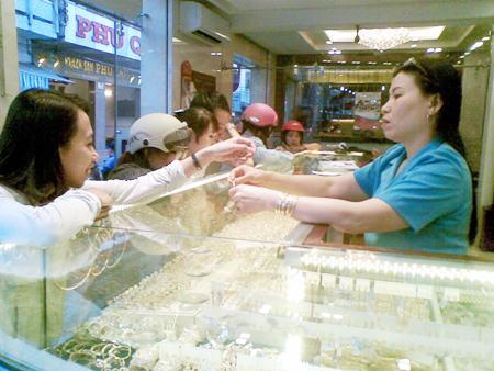Nhiều người dân cho rằng, mua vàng ngày vía Thần Tài với hy vọng may mắn cho năm mới.