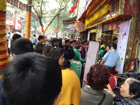 Người mua vàng xếp hàng dài trước cửa để chờ đến lượt vào mua