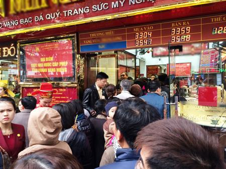 Ngay từ sáng sớm, hàng trăm người dân đã xếp hàng mua vàng lấy may