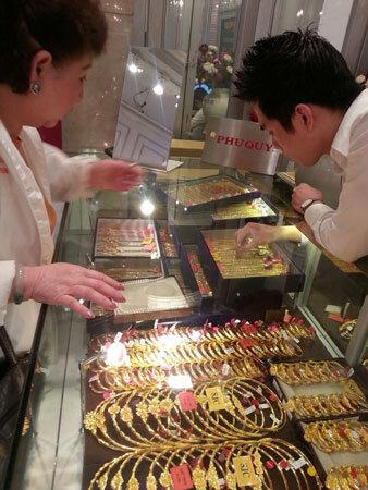 Nhộn nhịp mua vàng cầu may Vía Thần Tài