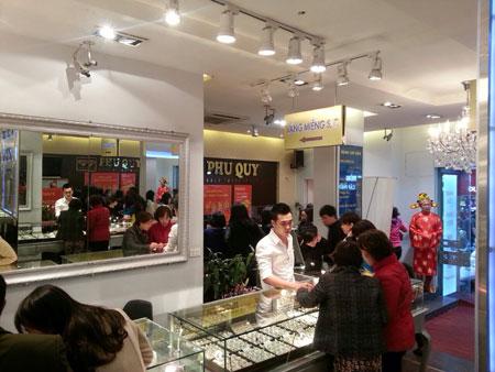 """Không khí mua sắm đã người dân được """"hâm nóng"""" tại các cửa hàng vàng."""