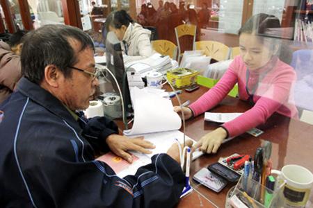 Tận tình hướng dẫn người dân làm thủ tục hành chính tại bộ phận một cửa huyện Từ Liêm (ảnh ANTĐ)