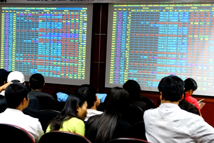 VN-Index lấy lại 5 điểm, dòng tiền tiếp tục đổ mạnh vào chứng khoán