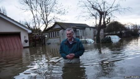 """Lũ lụt lịch sử đe dọa London, dân Anh """"ném đá"""" chính phủ"""