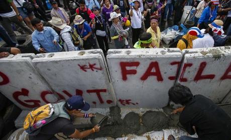 Người biểu tình Thái đổ bê tông chặn tòa nhà chính phủ