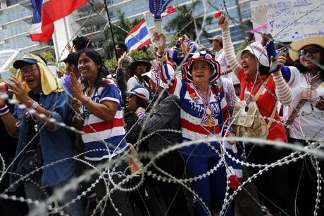 Người biểu tình Thái vây căn cứ quân đội và văn phòng tạm của thủ tướng