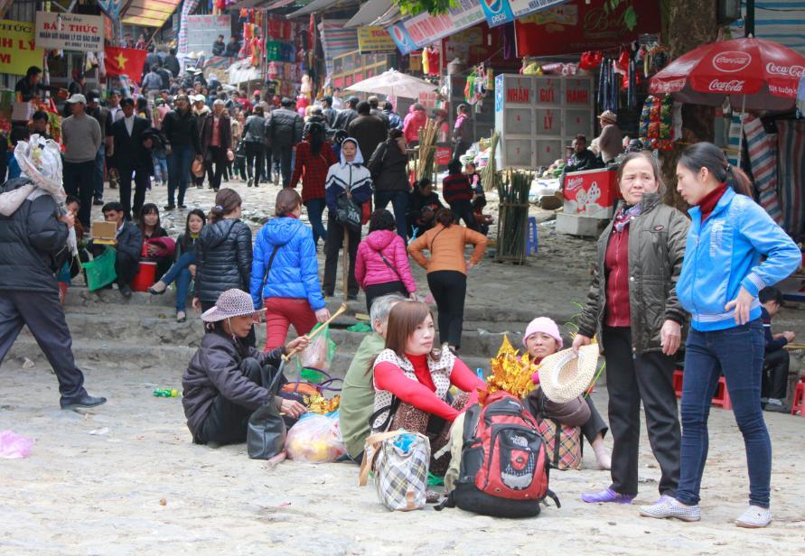 Du khách tại chùa Hương.