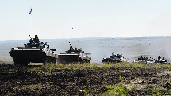 """Mỹ, EU """"tung đòn"""" trừng phạt Nga vì Ukraine"""
