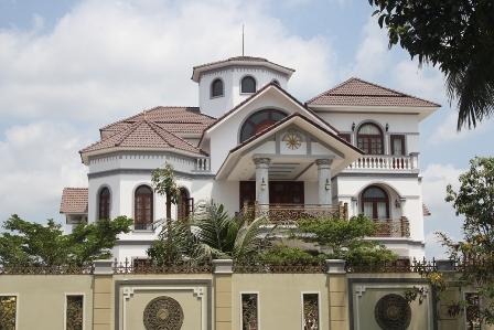Cánh cổng mở của nhà ông Nguyễn Bá Thanh