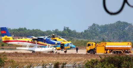 Thủy phi cơ DH-C6 đang tiếp nhiên liệu để tiếp tục cất cánh ra vùng biển (Ảnh: Công Quang)